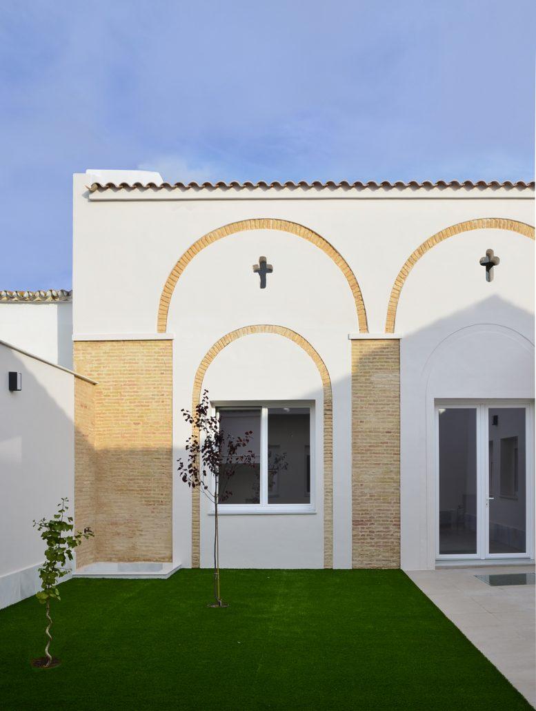 Trasmuros-Vivienda-Unifamiliar-Rehabilitacion-Antonio-Olaya-Henar-Herrero-Ana-Gomez-Ahaus-Arquitectos-Moguer-Huelva-Travertino-Laton-Madera